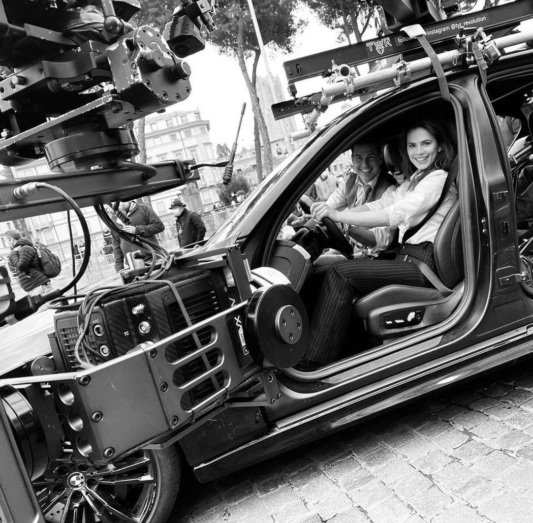 海莉艾特沃(右)發布和湯姆克魯斯趣味拍片花絮,還戲稱對方是自己的駕駛教練。圖/摘...