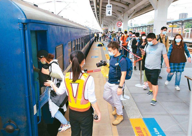 往返屏東枋寮、台東知本站的「藍皮普快」停駛倒數,民眾南下搶搭。記者潘欣中/攝影