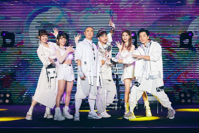由邰智源(左三)領軍的「木曜4超玩」擁有大批死忠粉絲,團隊更站上台大體育館開唱。圖/華貴娛樂提供