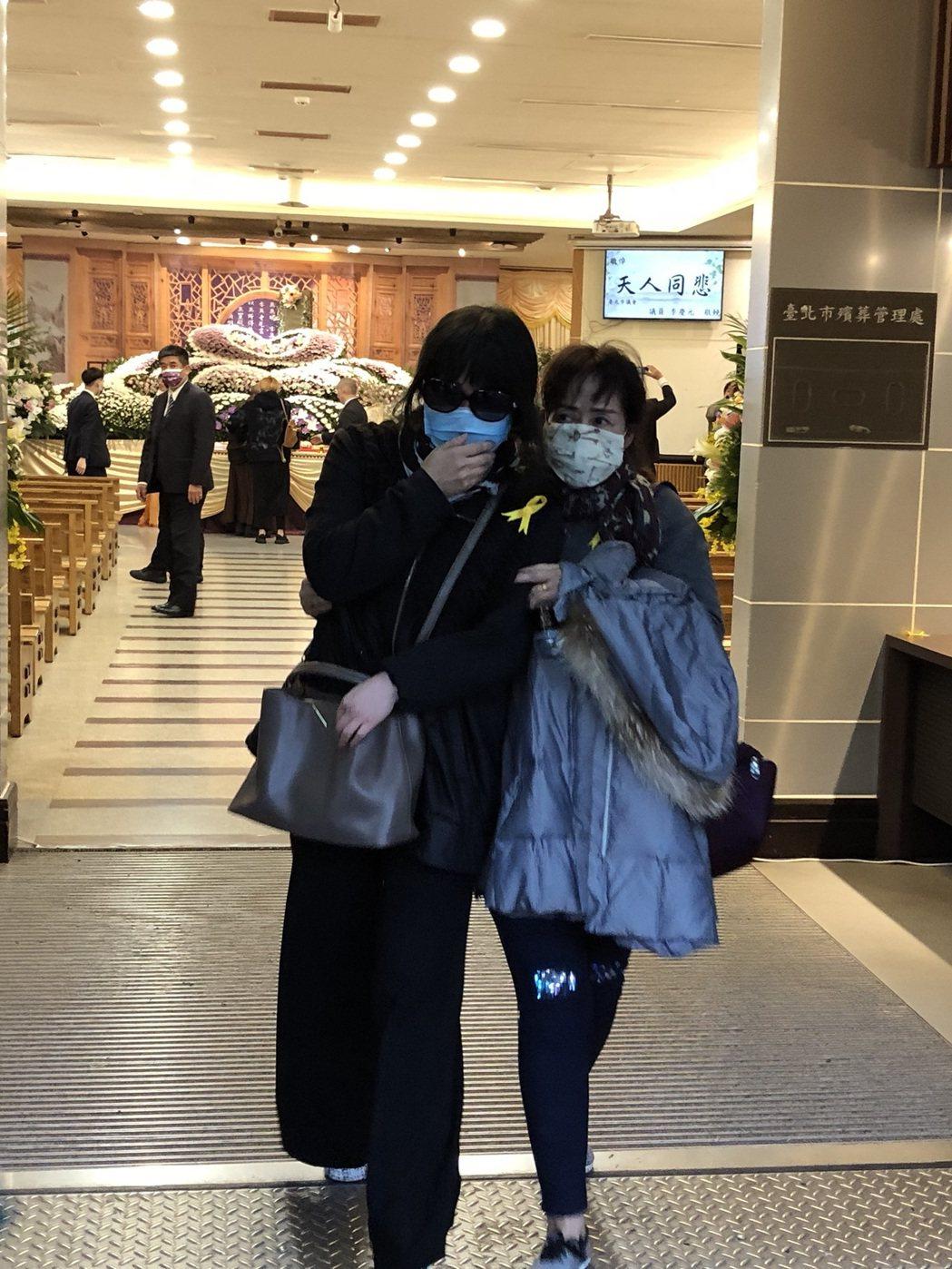 呂曉棟的遺孀(左)哭著步出告別式會場。記者林士傑/攝影