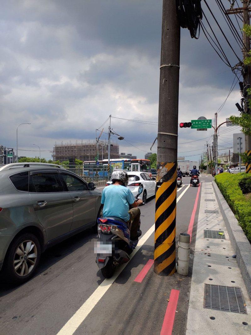西湖街有近10根電線桿在路肩,導致機車騎士只能與大車爭道。圖/蘇泓欽服務處提供