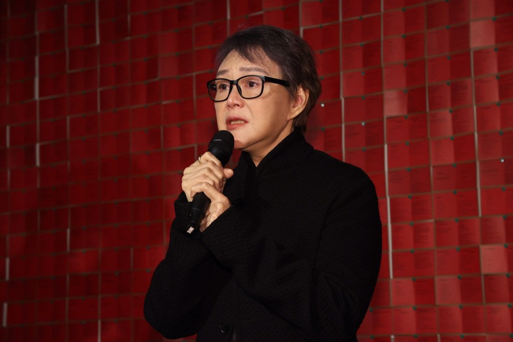張毅「至善前行」作品展開幕記者會,張毅夫人、展覽的策展人楊惠珊(圖),介紹張毅的