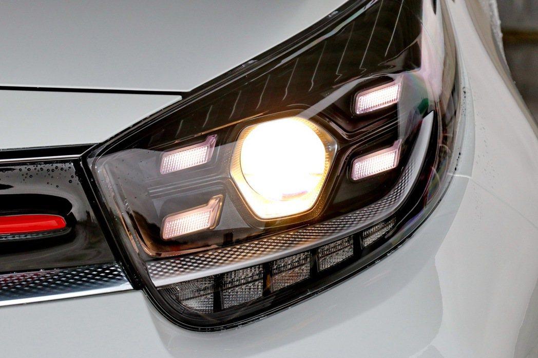 全新投射式頭燈與四點式LED日行燈。 記者陳威任/攝影