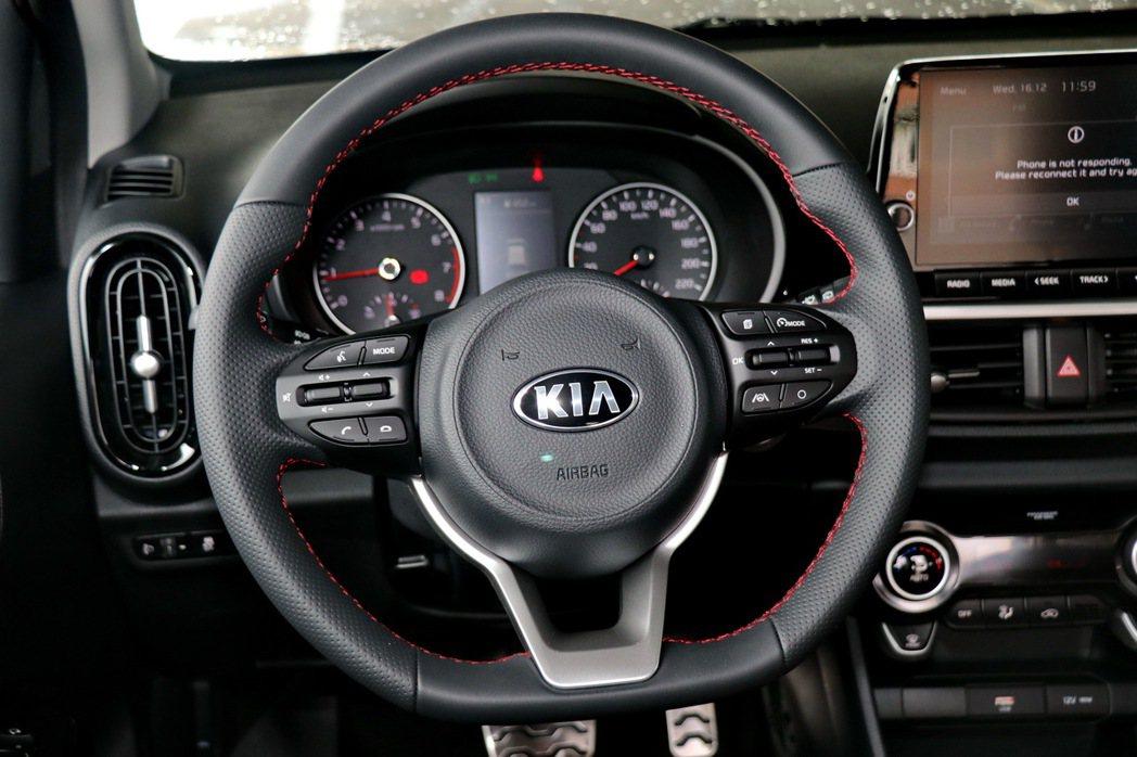 與KIA旗艦轎跑Stinger同血緣的D-Cut跑格化方向盤。 記者陳威任/攝影