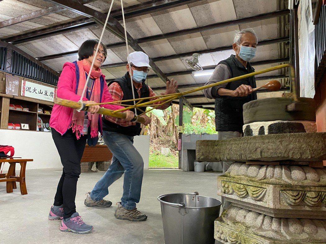 到羅山有機村參訪泥火山豆腐、米蛋捲DIY體驗。花蓮縣政府農業處/提供