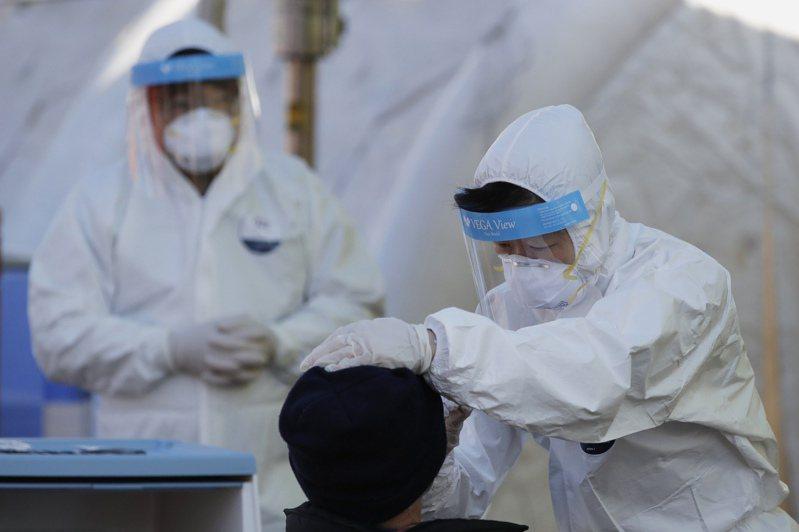 韓國連續第5天單日新增確診病例破千,部分醫療專家批評政府過晚升高社交距離防疫標準。 圖/美聯社
