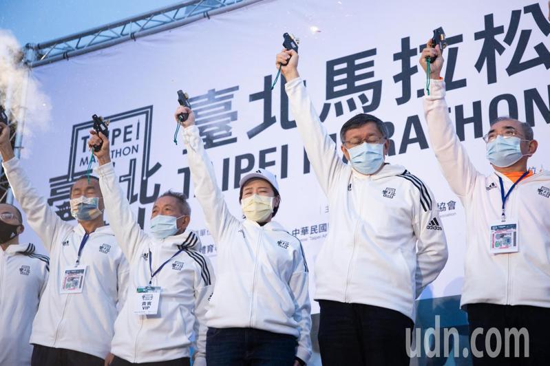 今年台北國際馬拉松於今天清晨舉行,約2萬8000名跑者參賽,台北市長柯文哲(右二)為跑者鳴槍。記者季相儒/攝影