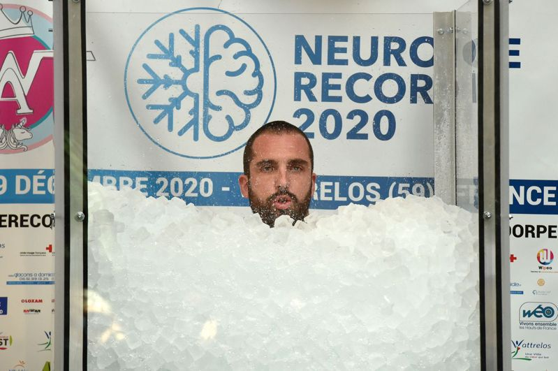 34岁的万丹多尔普19日浸在一个装满冰块的玻璃缸内,长达2小时35分43秒,打破世界纪录。法新社(photo:UDN)