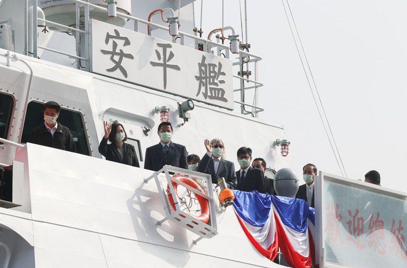 600噸級海巡艦安平艦,12月11日成軍,蔡英文總統(左2)主持交船暨命名下水聯合典禮,並登上安平艦視導造艦成果。記者余承翰/攝影