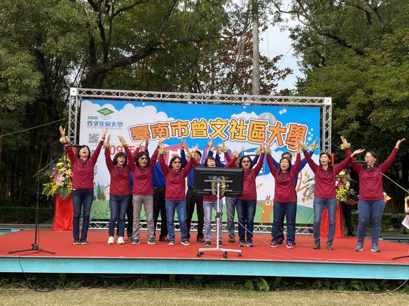 台南市曾文社區大學今天在麻豆總爺藝文中心舉辦成果展,與會學員頂著寒風載歌載舞,展現學習成果。圖/真理大學提供