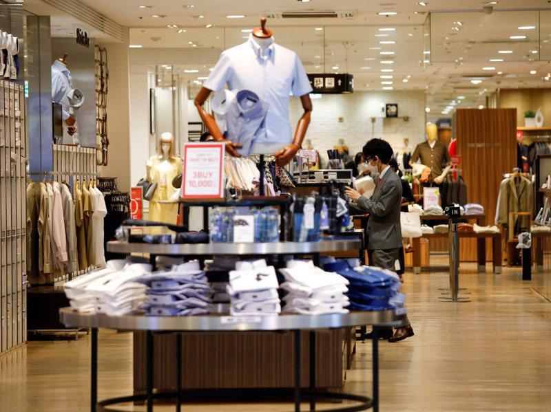 今年日本因疫情嚴峻,出門逛街買衣服的人少了。路透