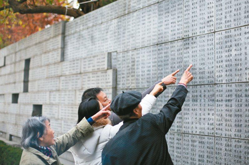 大陸年年舉行南京大屠殺死難者國家公祭儀式,紀念館還有遇難者名單牆。中新社