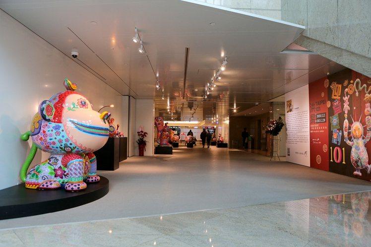 洪易迎春派對101個展「猴蕉心」,位於台北101大樓1樓Gallery 101。...