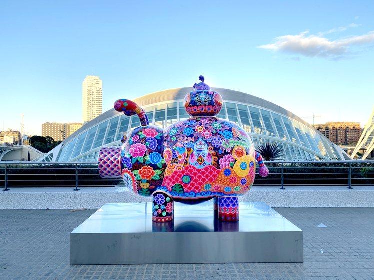 洪易作品「豬柿順心」,位於西班牙藝術科學城。圖/台北101提供