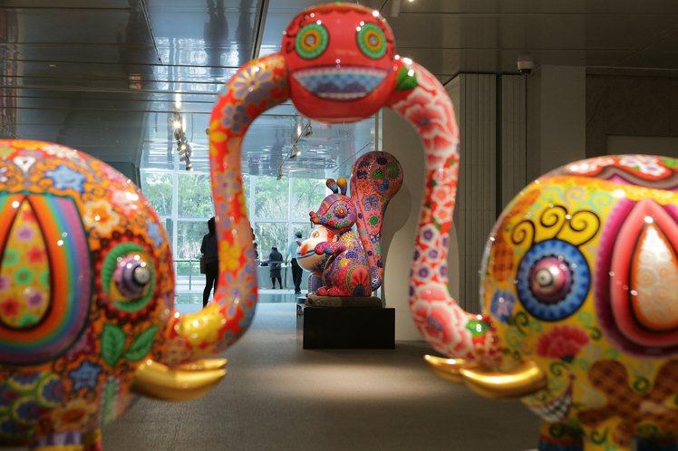 洪易作品「鬆鼠」與「分享象」,位於台北101大樓1樓Gallery 101。圖/...