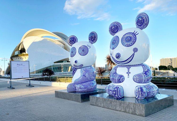 洪易作品「熊貓-團團圓圓」,位於西班牙藝術科學城。圖/台北101提供