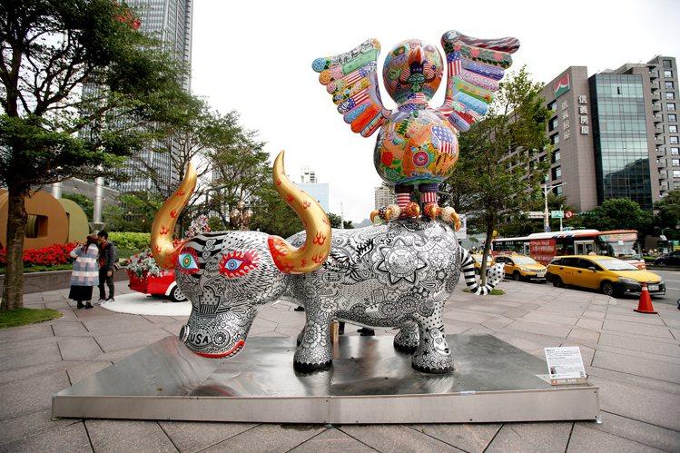 洪易作品「鷹鴿水水牛」,位於台北101大樓信義路入口。圖/台北101提供