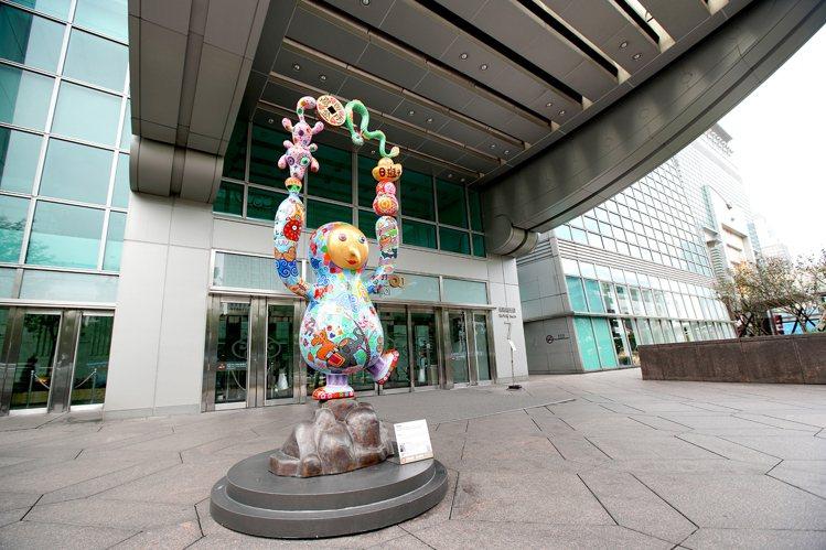 洪易作品「馬戲團」,位於台北101大樓松智路入口。圖/台北101提供
