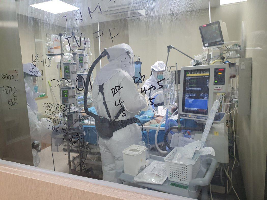 南韓收治新冠肺炎重症患者病床數量告急,圖為今年3月翰林大學聖心醫院醫護人員在葉克...