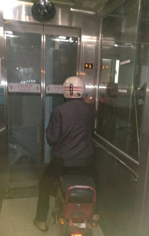 彰化火車站跨站人行陸橋為方便孕婦、老人及身障者等行動不便人士,兩端均設有電梯使用,卻有疑為移工騎電動自行車進電梯。照片/取自臉書「彰化人小小事」