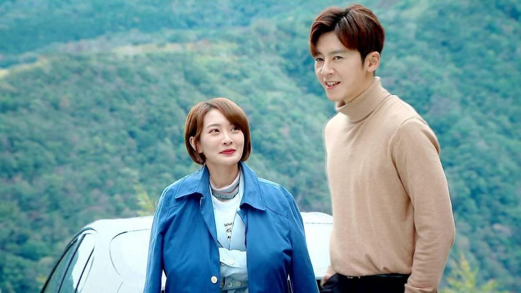 李國毅(右)與李亦捷到山中露營約會。圖/三立提供