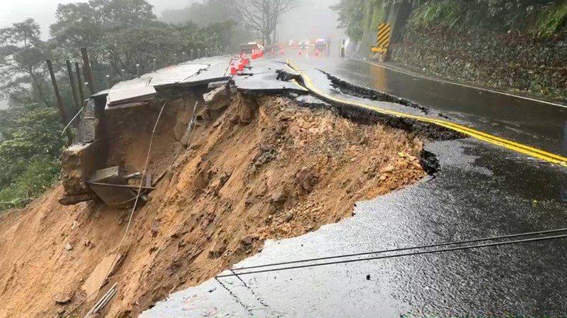 陽金公路新北市金山區下磺溪路段今天下午發生邊坡坍方,雙向交通中斷。記者邱瑞杰/翻攝