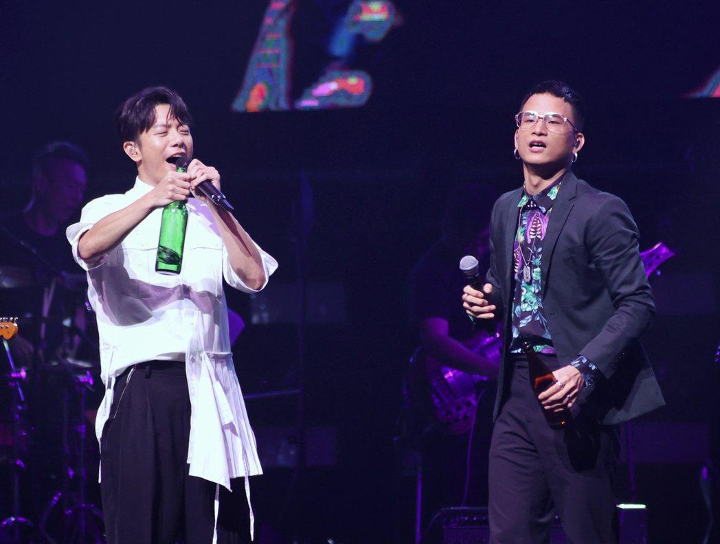 韋禮安(左)和茄子蛋阿斌在台上開心喝下交杯酒。記者曾原信/攝影