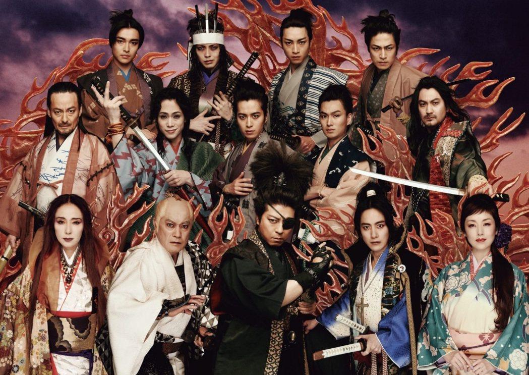 松平健(第一排左二)演出的舞台劇「魔界轉生」,明年春天將更換部分演員再度巡迴演出...