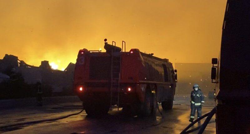 桃紙公司延燒情形最為嚴重,囤放紙迅速燃燒,火焰伴隨燃燒紙片直衝天際。記者高宇震/攝影