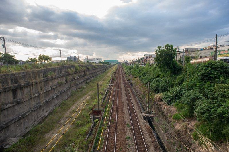 鶯歌鳳鳴臨時火車站昨天動土,預計2024年11月完工通車,將紓解鳳鳴地區交通問題。圖/立委蘇巧慧提供