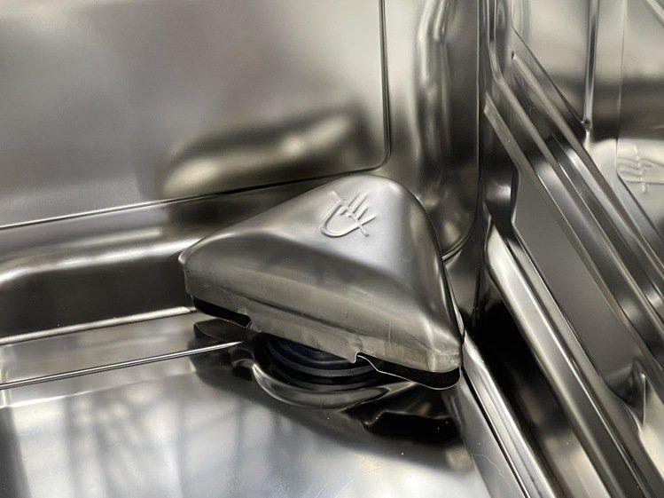 BOSCH 8系列沸石洗碗機,利用天然礦石沸石吸收洗碗機中的水氣、釋放熱能的特性...