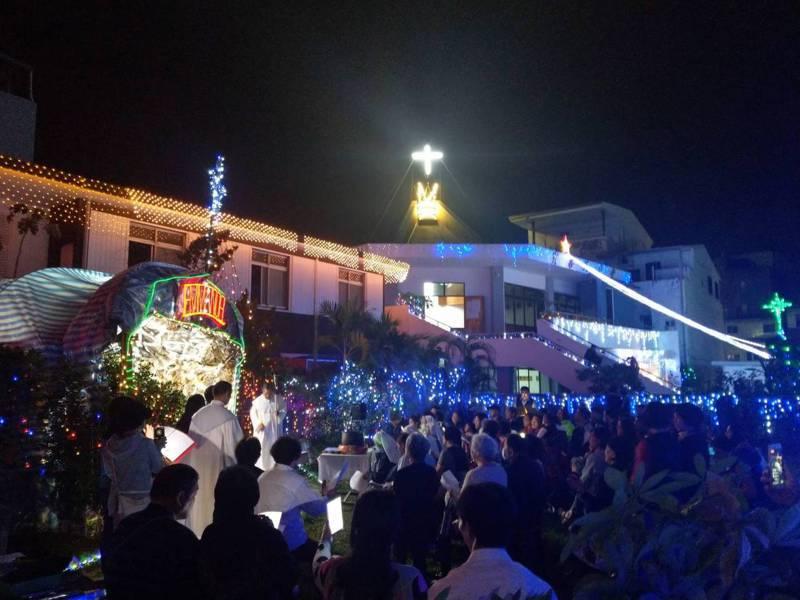 台東市寶桑天主堂的教堂四周,掛滿五彩繽紛的燈飾,搭配布置精美的耶誕馬槽,成為居民及教友拍照和祈福的地方。記者尤聰光/攝影