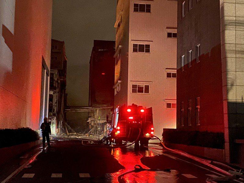 消防人員從起火點旭富藥廠開始,逐一清理殘火。