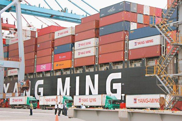 航運等族群因運價持續調漲,營運大幅好轉。圖為陽明海運貨櫃輪。(本報系資料庫)