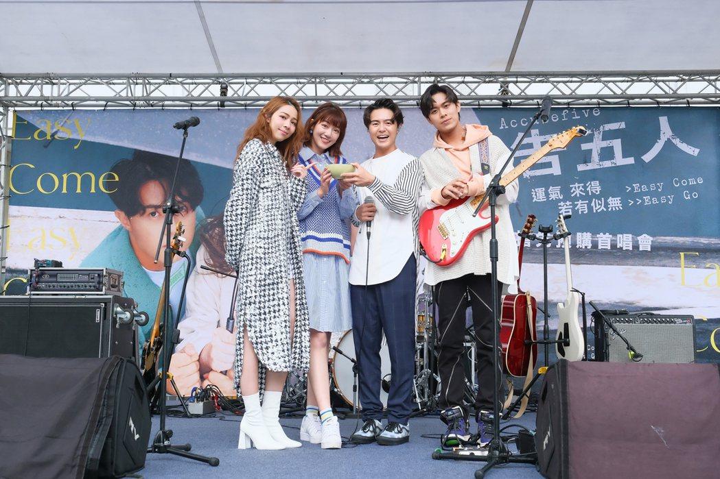 泱泱(左2)帶了暖心湯圓,探班告五人的預購首唱會。圖/相信音樂提供