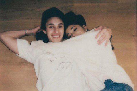 美國樂壇小天后亞莉安娜(Ariana Grande)21日在社群上宣告訂婚喜訊,對象就是交往近一年的男友道爾頓戈梅茲(Dalton Gomez),獲得好友與粉絲的祝福。亞莉安娜在IG上秀出與男友多張...