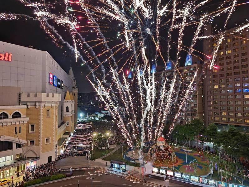 桃園台茂購物中心宣布2021年元旦晚上,會施放高達300秒的空中煙火。 圖/台茂購物中心 TaiMall Shopping Center臉書粉專
