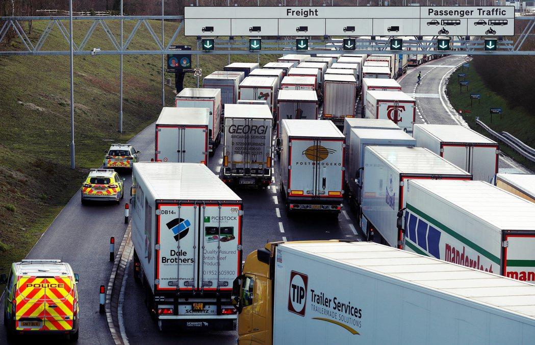 法國於20日下午5點緊急宣布,自21日清晨0時開始,全面禁止英國人流物流入境48...