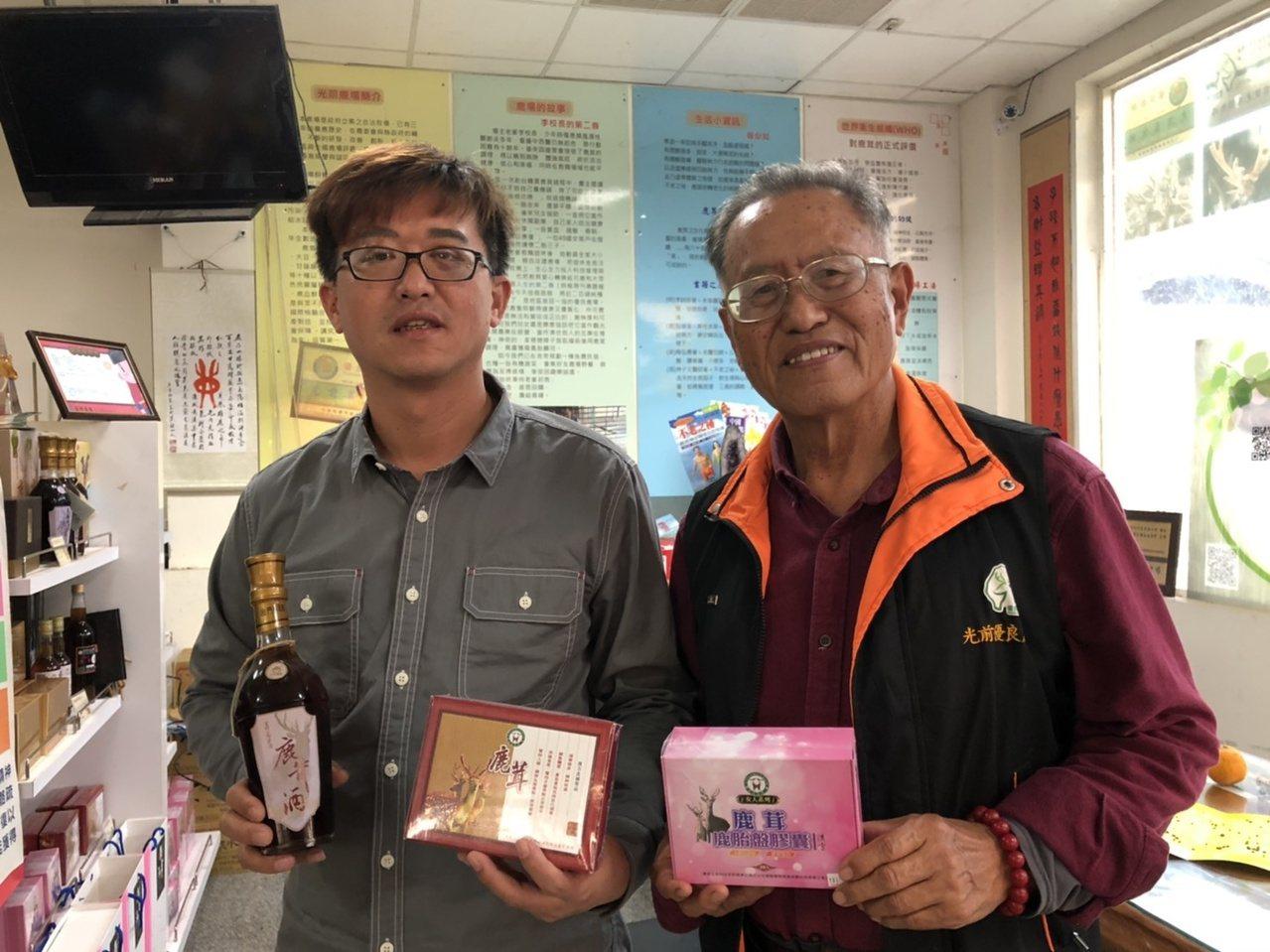 退休校長李根樂(右)轉職為「養鹿達人」,並在兒子李鍾靈的協助下,父子攜手開發了將...