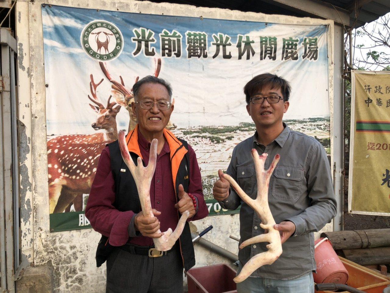 從事教育工作44年的李根樂(左),後來轉投入養鹿業,他與兒子李鍾靈攜手將鹿場經營...