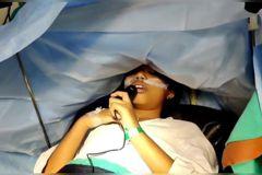 只能局部麻醉!9歲童動腦瘤手術全程清醒 6小時不間斷彈琴打電動