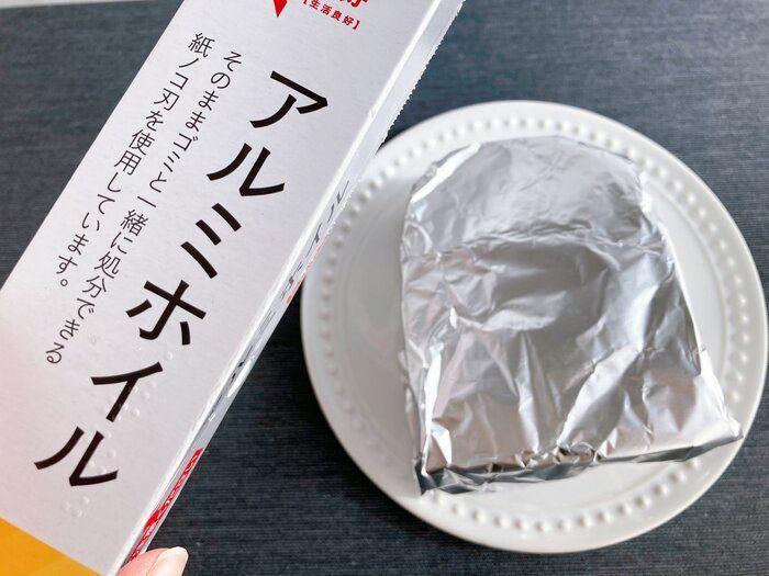 日達人表示,包上鋁箔紙後,更能鎖住吐司的水分。圖擷取自サンキュ