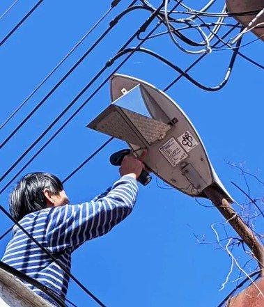 為讓合歡山擁有無光害的環境,南投縣政府與清境地方合作更換新型低光害路燈。 圖...