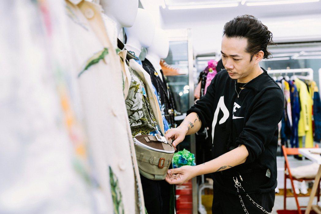 周裕穎Luxxury Godbage,就是完美展現永續的理念。走入工作室,衣架、...