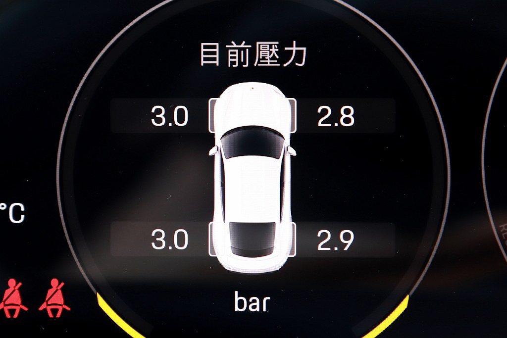 因為配備形式不同有的車款只有胎壓警示燈;高階的則是具備四輪胎壓數據顯示。 圖/張...