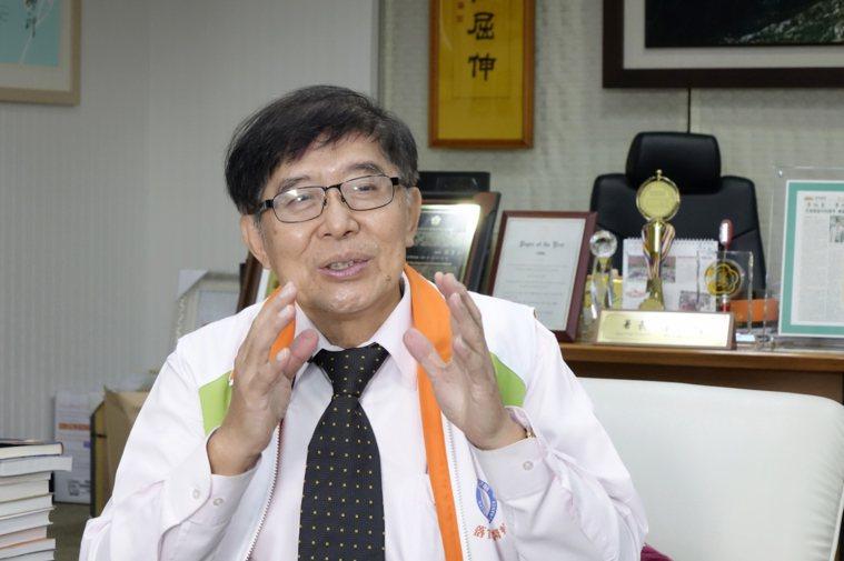 健保署長李伯璋指出,照顧所有病人謀取最大的利益,只要有任何治療需求,就不能放棄任...