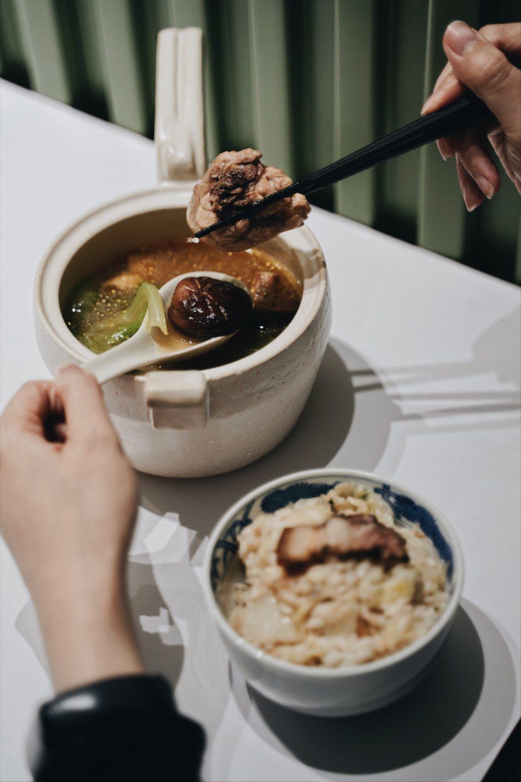 楊爸爸每日以雞骨、數種中藥材熬煮約4小時新鮮製成雞高湯。 圖/沈佩臻攝影
