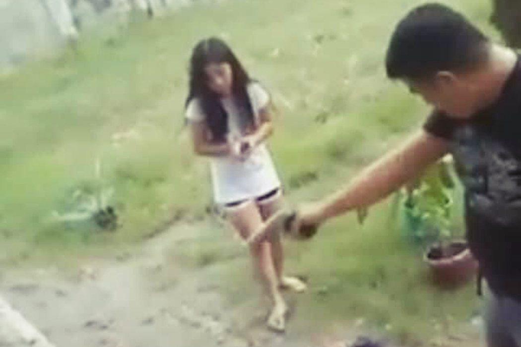 圖為施暴警察努埃茲卡(Jonel Nuezca)與年幼的女兒。 圖/取自Twit...