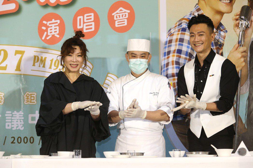 趙詠華(左起)、林俊逸「華逸登場」演唱會舉行售票記者會,兩人現場搓湯圓互餵湯圓。...