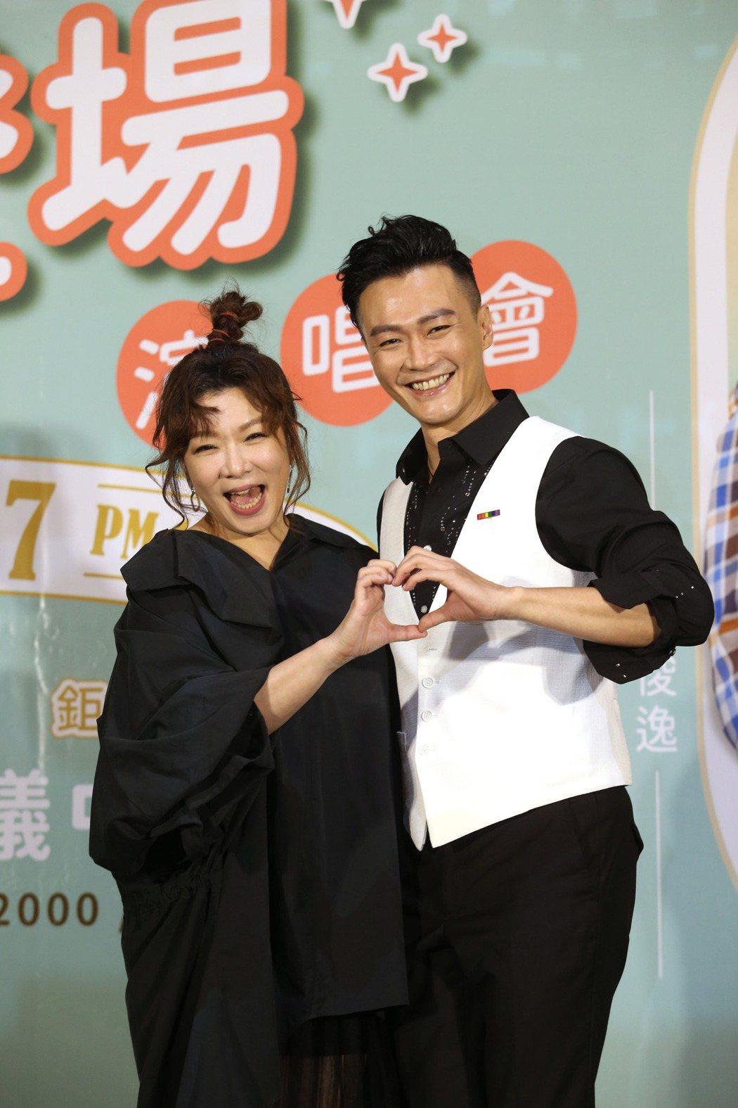 趙詠華(左起)、林俊逸「華逸登場」演唱會舉行售票記者會,兩人合唱一首最浪漫的事,